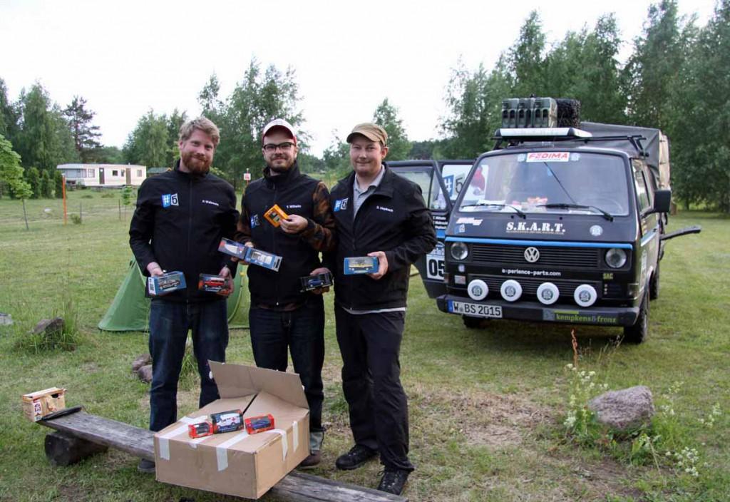 Deutsche Modellautos für Kinder in Riga (von links): Pierre Walbrecht, Thomas Wilhelm und Daniel Hopbach. Fotos: Henze