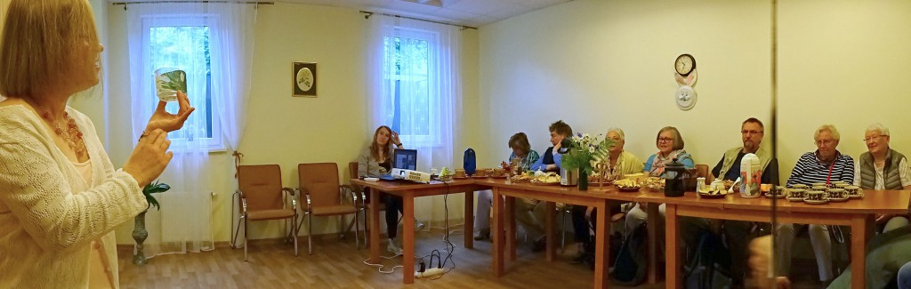 Die Siegener-Gruppe lässt sich im Tagestreff über das Programmangebot informieren
