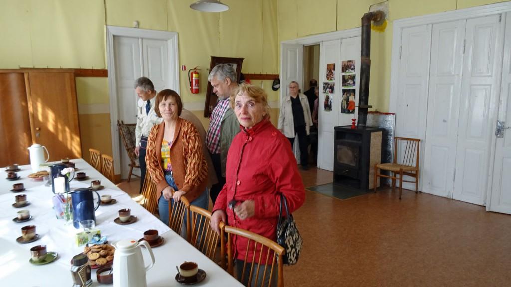Die Gemeinde trifft sich zu Tee und Kaffee