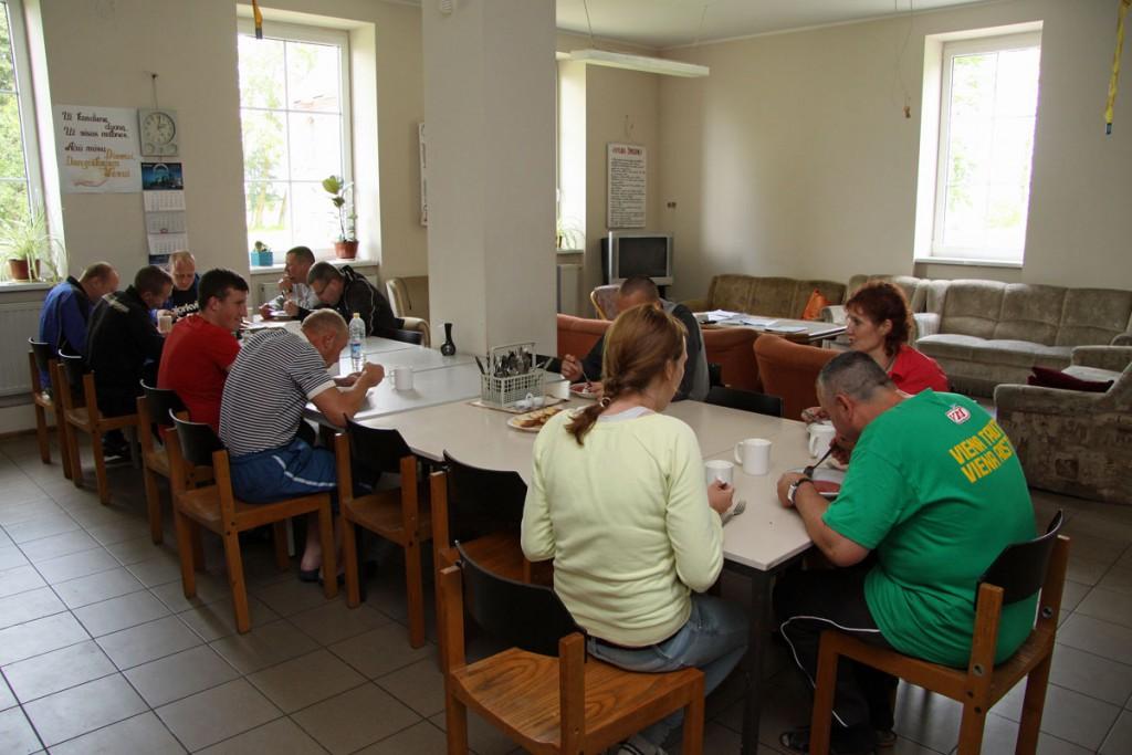 Patienten und Betreuer essen gemeinsam. Fotos: Henze