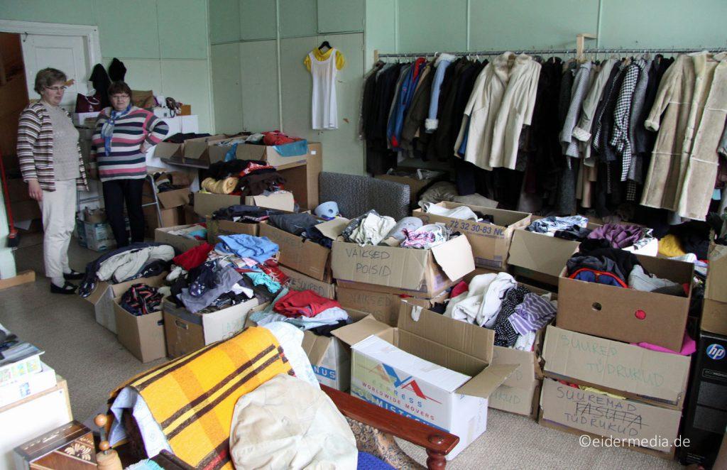"""In der """"Alten Schule"""" organisiert die Kirchengemeinde auch eine Kleiderkammer für bedürftige Menschen."""